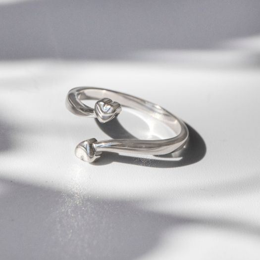 Срібна каблучка незамкнута Два серця